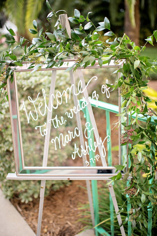 clear glass wedding welcome sign / planning by Table 6 Productions / photo by kristenweaver.com